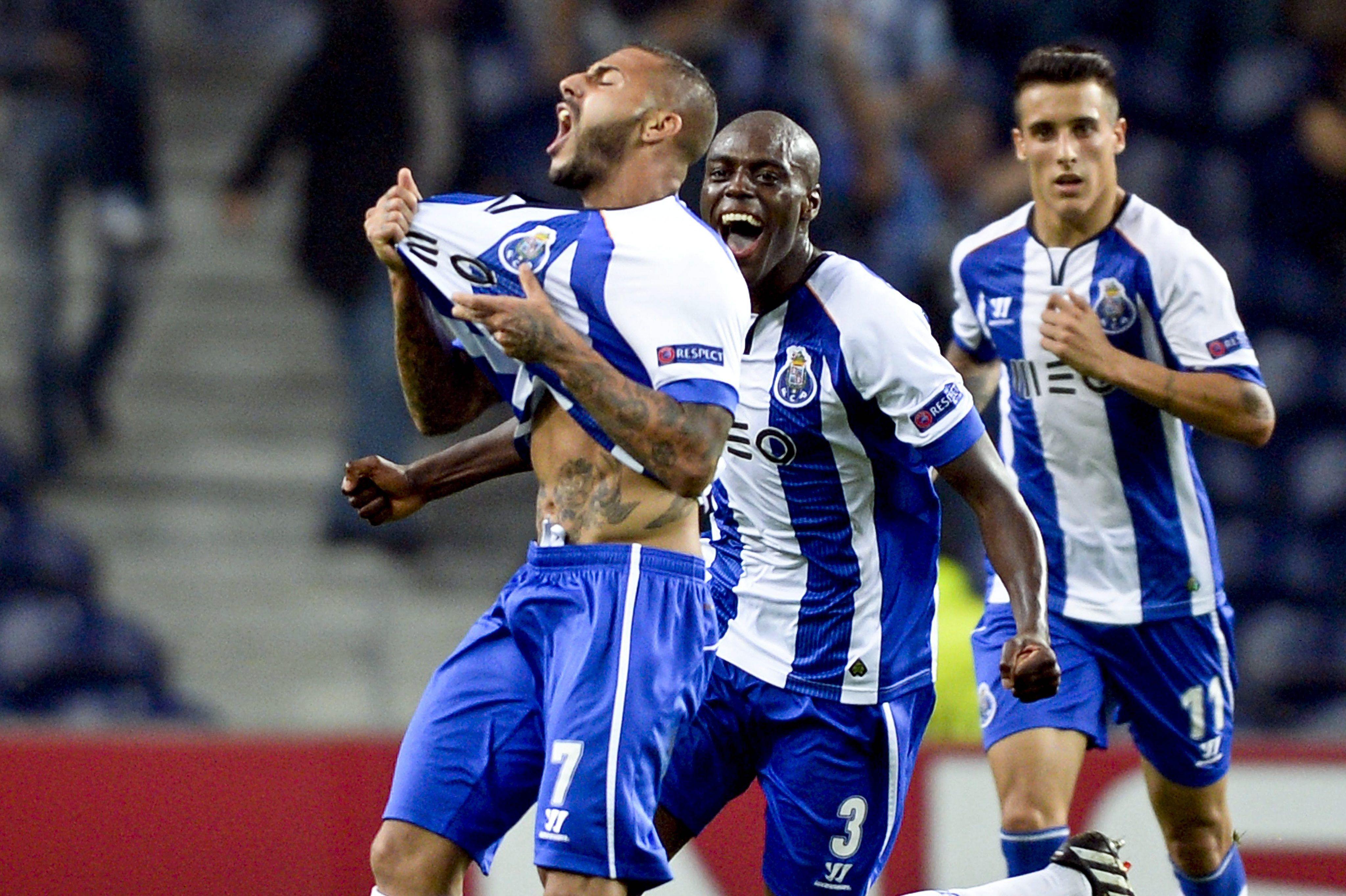 @Porto Ricardo Quaresma comemora após marcar um gol com Martins Indi e Cristian Tello #9ine