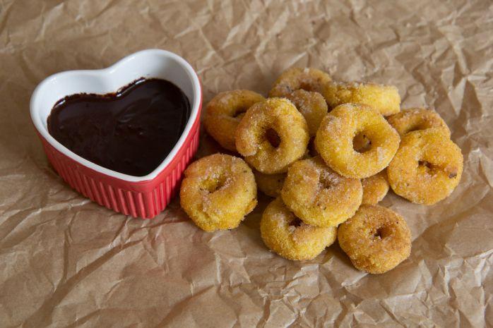 Mini polenta vanilla doughnuts with chocolate dipping sauce // Lay the table