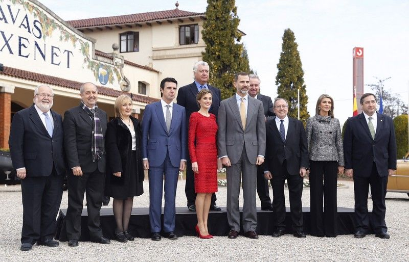 Los Reyes con las autoridades que les acompañaron durante su visita. Sant Sadurní d'Anoia (Barcelona), 12.02.2015