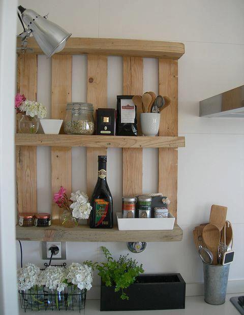 Pallets usado como prateleira na decoração da cozinha deixa o ambiente bem descolado e com um leve toque do rústico.