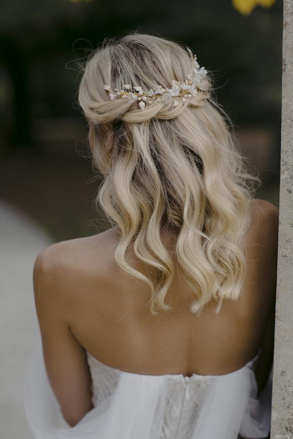 Lyric Floral Hair Piece In Pale Gold Wedding Headpiece For Boho Weddings En 2020 Peinados Novia Pelo Corto Peinados Boda Civil Peinados Con Trenzas Pelo Corto