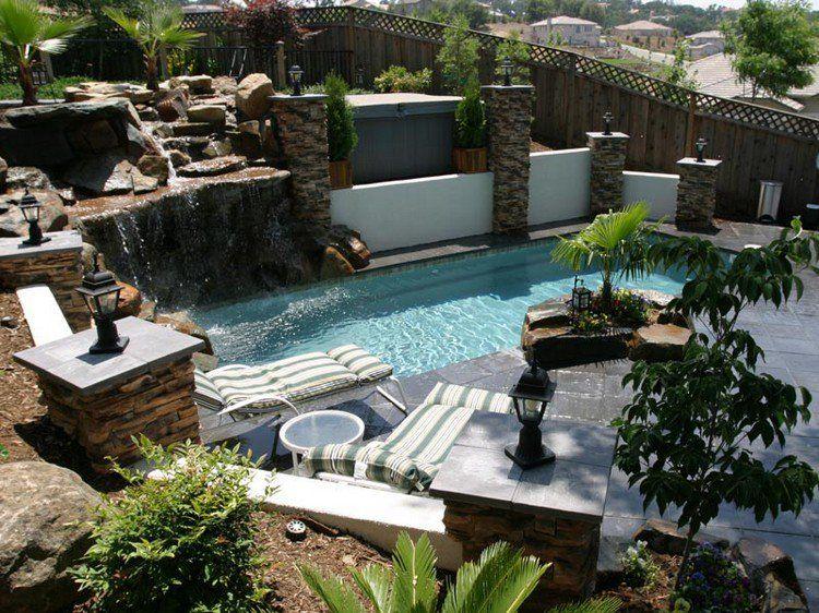 décoration jardin extérieur avec piscine étroite, buis taillés ...