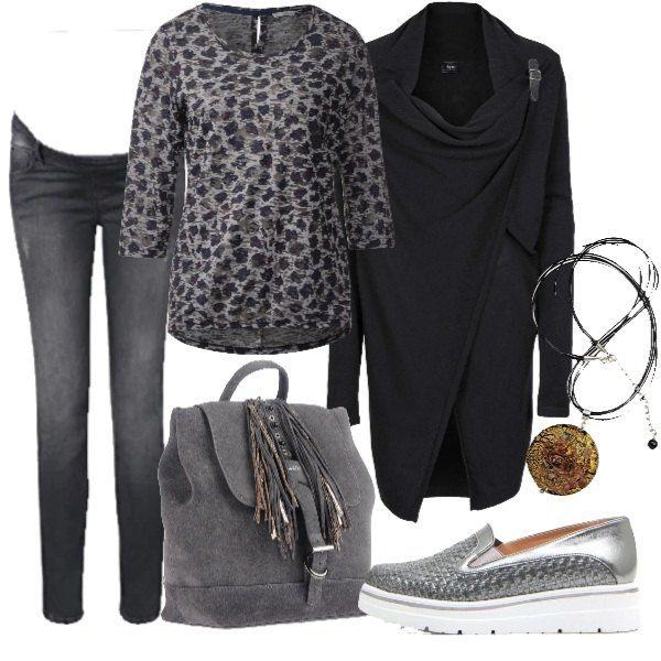 L\u0027 outfit grigio è composto da un paio di jeans grigi abbinati ad una  camicia