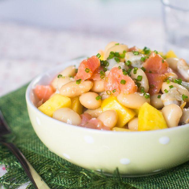 Cómo preparar ensalada de judías blancas con berberechos y salmón con vinagreta de mango con Thermomix En casa nos gusta mucho tomar ensaladas en verano y es por eso que siempre hay alguna para comer