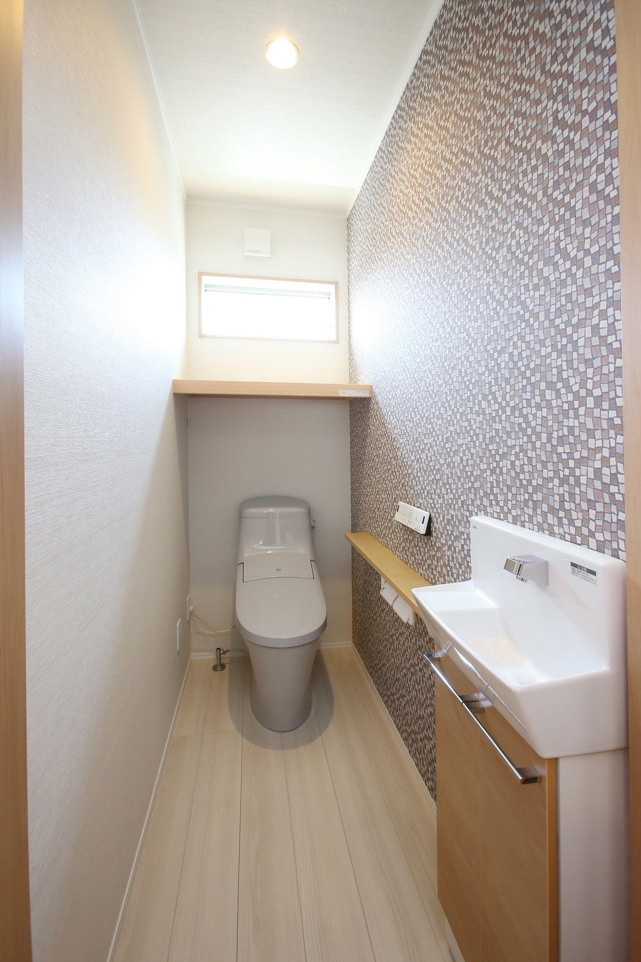 アクセントクロスがおしゃれなトイレ 建築実例 トイレ Lixil 手洗い器 アクセントクロス ホワイト ペール ナチュラル シンプル 内装 インテリア トイレ おしゃれ トイレ 手洗い器