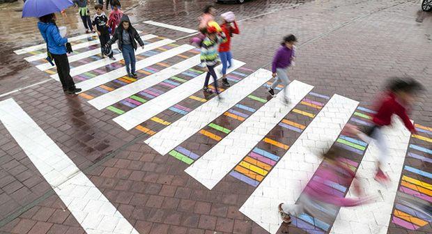 follow-the-colours-faixa-pedestre-christo-guelov-3.jpg (620×336)
