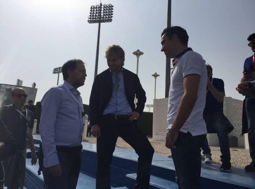 Da sinistra, Fabio Paratici, Pavel Nedved e Xavi a colloquio sugli spalti dell'Aspire Academy. Twitter: @juventusfc