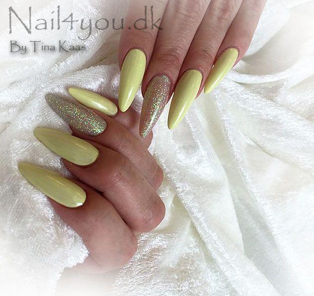 Flotte gele negle med nail art glimmer. Uv gele her er brugt en pastel gul og en enkel negl i glimmer. Kom på negle kursus og lær at lave flotte gele eller akryl negle 2199,- Kontakt os på tlf 70223366
