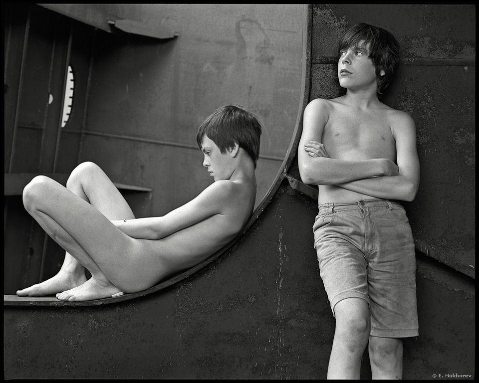 мальчик смотрит на голую женщину