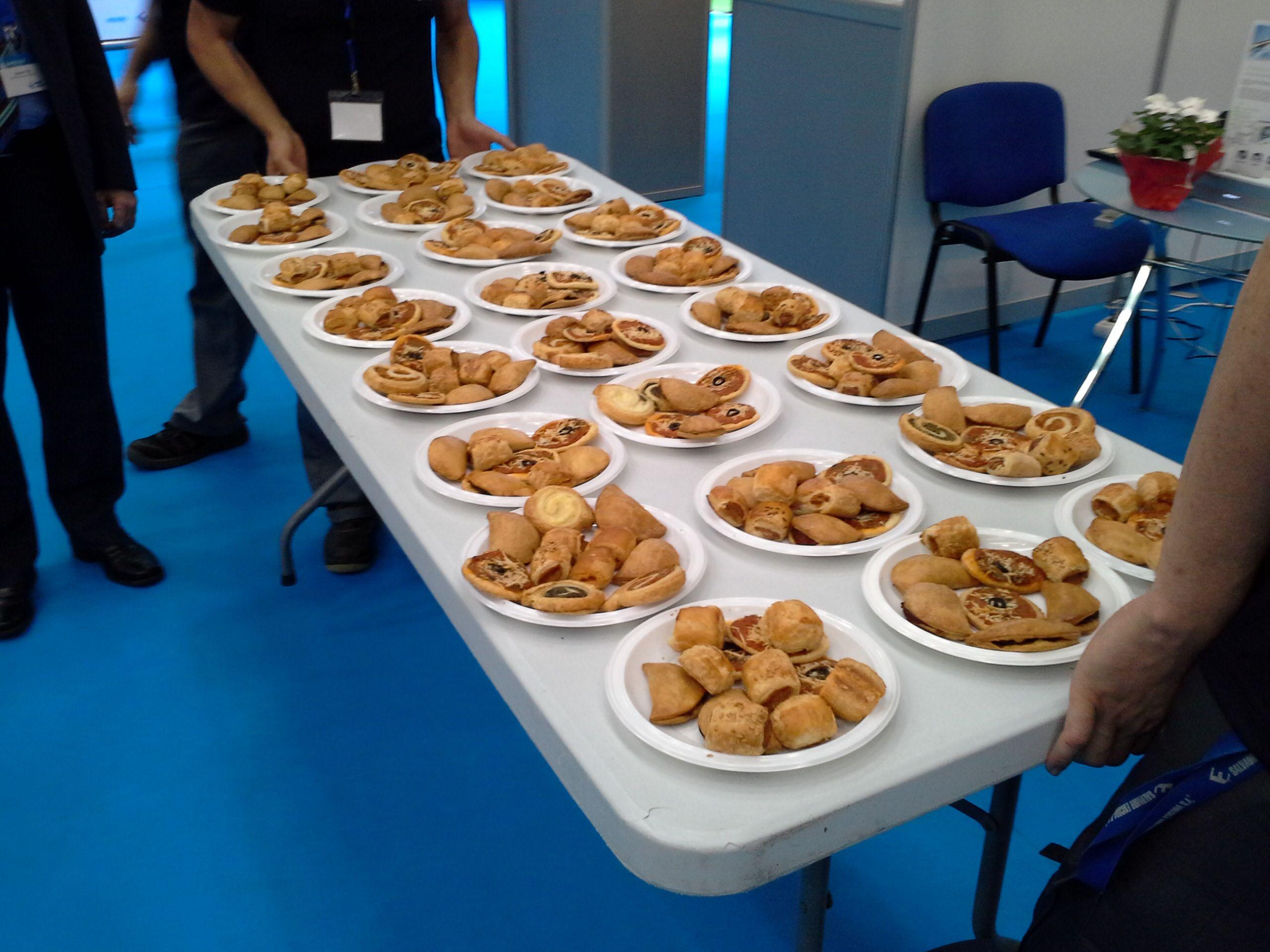 Las bandejas de servicio en plan comunitario.... son platos de pastelitos salados antes de la paella