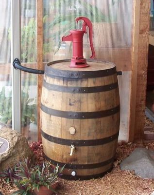 Old Whiskey Rain Barrel  c/Red Pitcher Pump