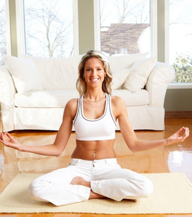 Rutina de yoga para obtener energ a y estar en forma - Hacer meditacion en casa ...