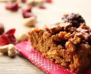 Voňavý orechovo-medový koláč s karamelom