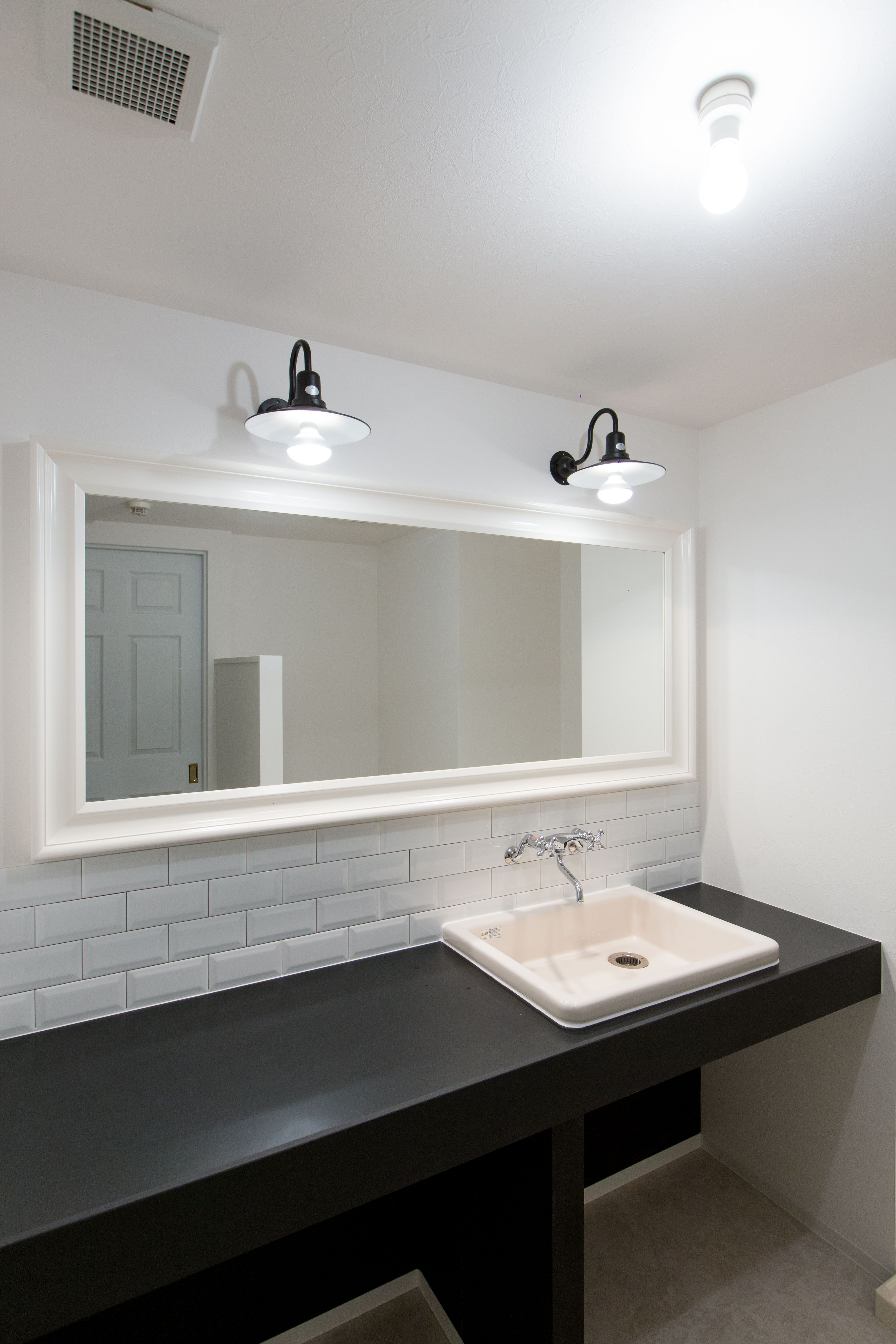 洗面室 かなりエレガントですね 鏡もかなり大きく 額縁の様で素敵