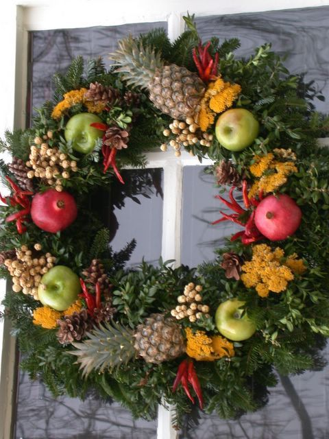 Christmas Decorations: The Pineapple. Williamsburg wreath featuring small  pineapples - Williamsburg Wreath Featuring Small Pineapples Christmas