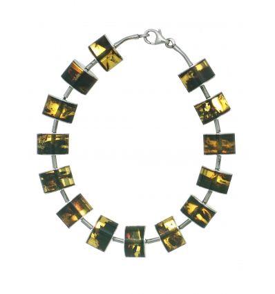 Pulsera de plata de ley 925 y ámbar de color verde y textura irrepetible. Una pulsera de formas depuradas y limpias para aportar elegancia y serenidad. De www.ekleipsis.com