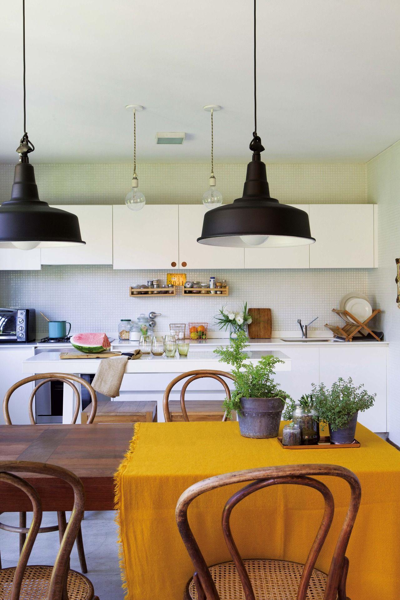 Una Casa Con Base Neutra Y Detalles De Color Mesa De Madera  ~ Lamparas Colgantes Modernas Para Comedor