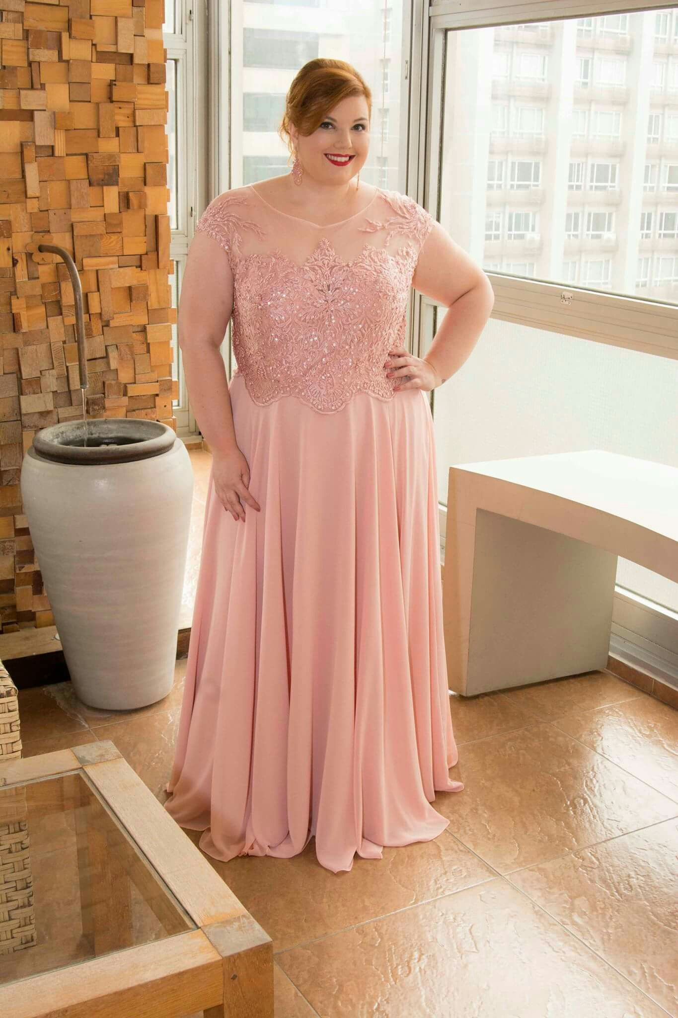 Vestido de festa rosê plus size com fenda - Aluguel de