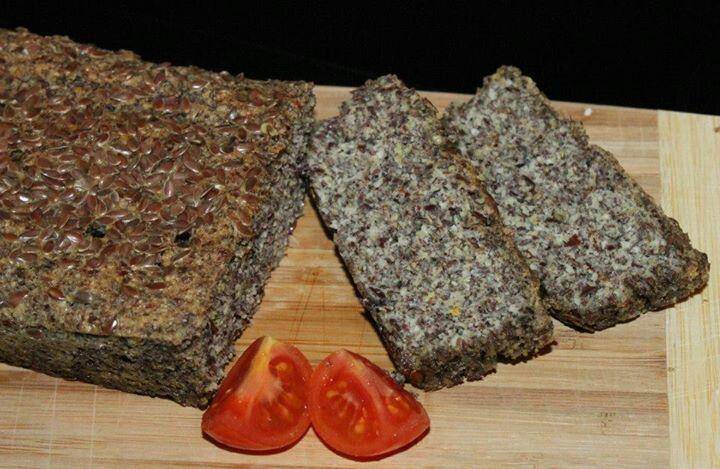 leinsamenbrot 90g Leinsamen 40g gem. mandeln 1 1/2 TL BP Salz u Pfeffer 2 - 3 Eier etwas Wasser Kräuter 180º - 30min