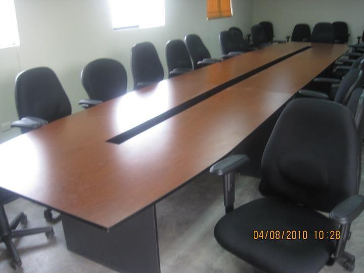 Mesa de reuniones en melamina, con cajón central para tomas ...