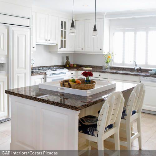 hell und idyllisch das zentrum der hellen k che im landhausstil ist eine wei e k cheninsel mit. Black Bedroom Furniture Sets. Home Design Ideas