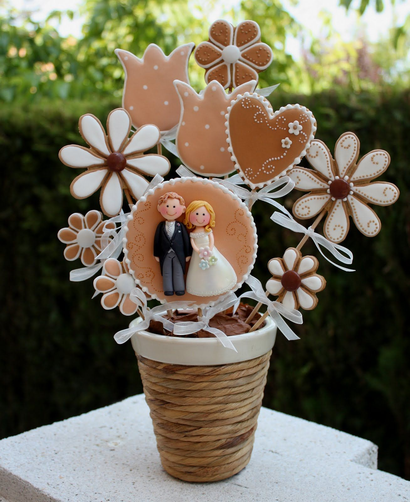 CUKI CHIC Galletas Decoradas Brown Cookie Bouquet With Hearts Daisys What I Like Was The Pot Decorated In Jute