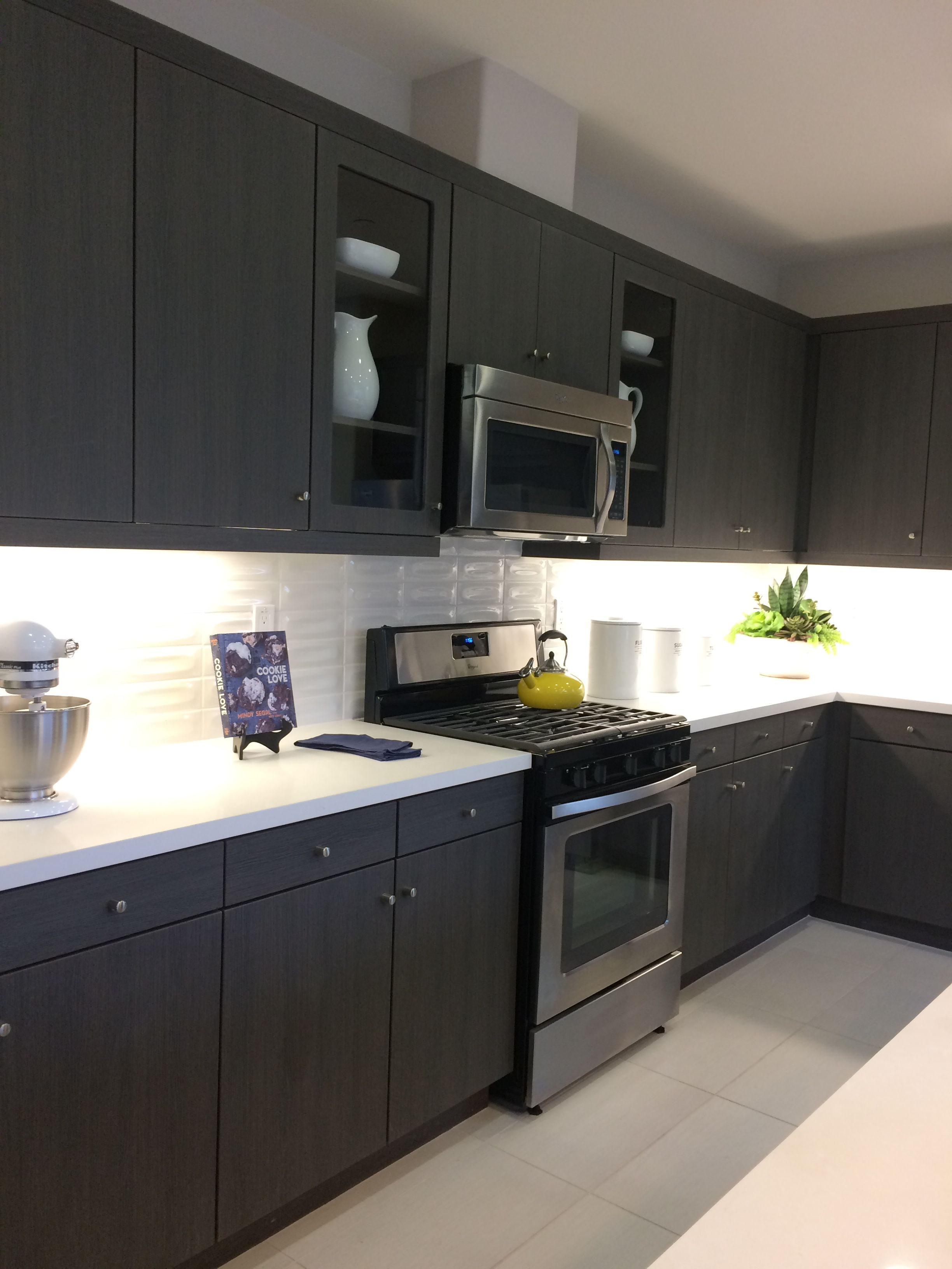 Dark Brown/Black Kitchen / Light Quartz
