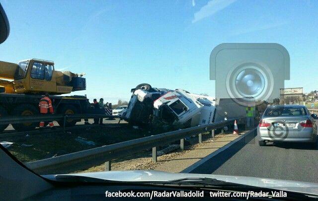 #Valladolid foto del Camión volcado en Urb. Panorama dirección Valladolid.  Www.twitter.com/Radar_Valla