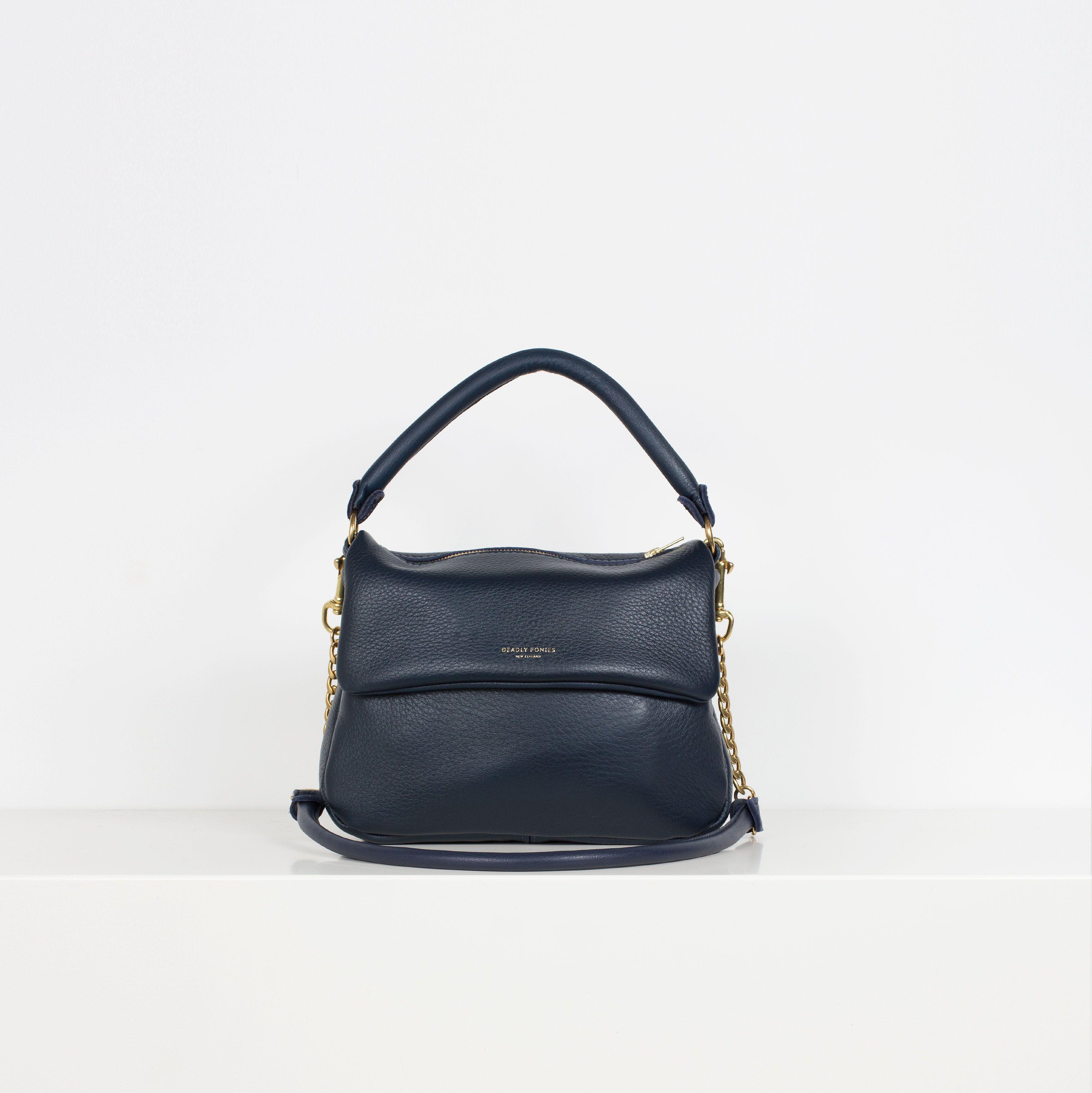0da88e5af O marinho faz as vezes de preto com mais charme nessa bolsa   Bolsas ...