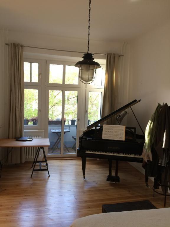 Wundersch ner raum mit fl gel und balkonzugang grandpiano fl gel klavier wohnzimmer - Klavier fliesen ...
