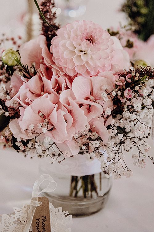 Hochzeit Tischdeko Blumen Glas  rosa Blüten und Schleierkraut Hochzeit Deko Vin…
