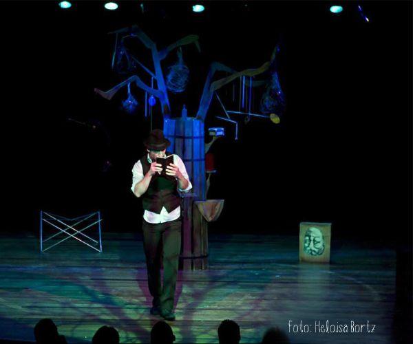 """Sem pronunciar uma palavra, o mágico Ricardo Malerbi apresenta um espetáculo misto de encenação teatral e ilusionismo. """"Enquanto Houver Encanto"""" une mágica e mímica em um espetáculo sem palavras destinado a todas as idades. Detalhes: http://goo.gl/WN3rSM"""