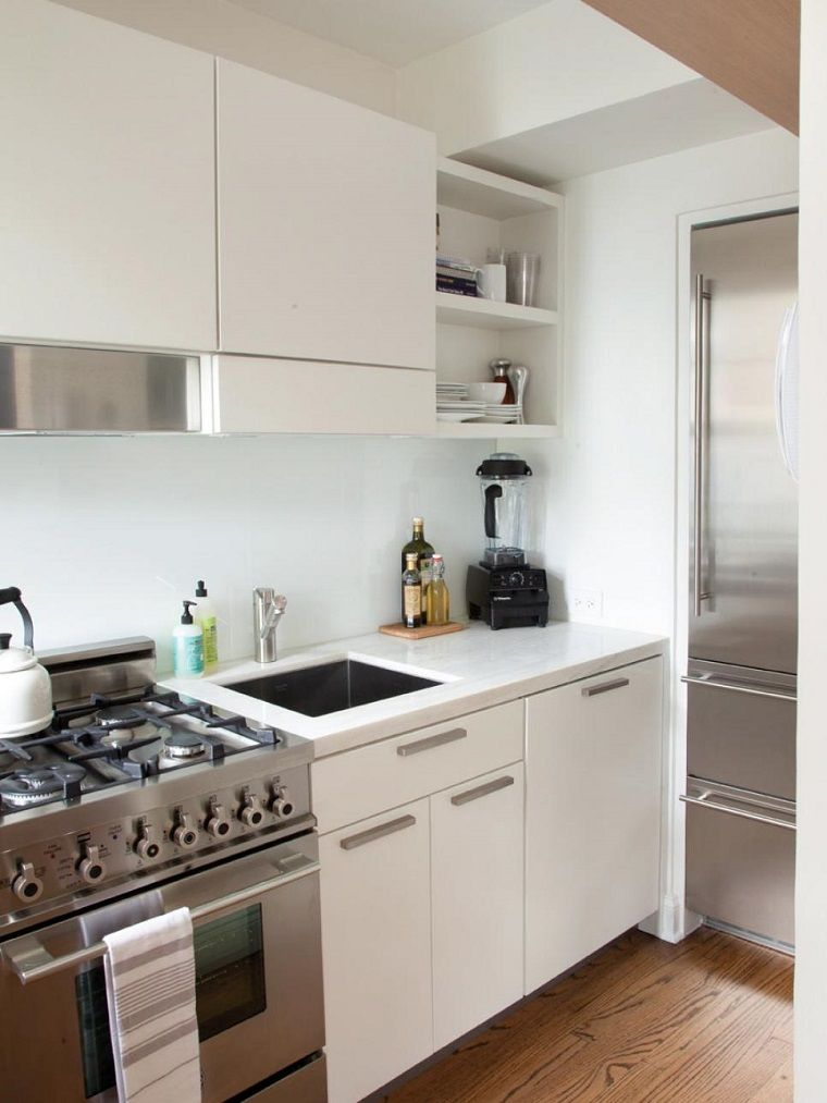 Electrodomesticos de acero en la cocina peque a moderna for Ideas para cocinas chicas