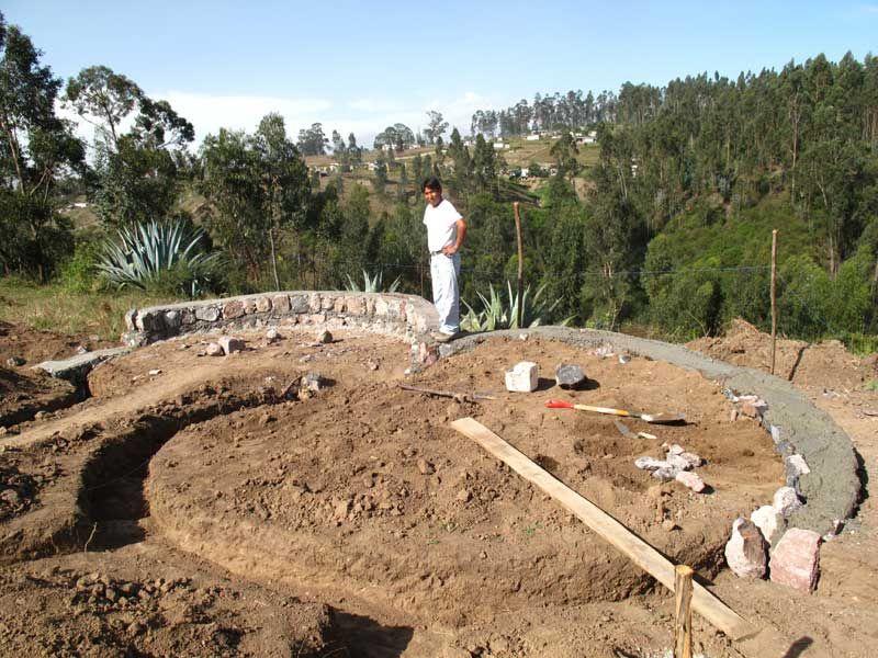Días agitados. Iniciamos la construcción de la cimentación con ayuda de Don Fermín Simbaña, quien a pesar de sus años aún trabaja como un toro fuerte. Él es el maestro de obras para esta parte de l...