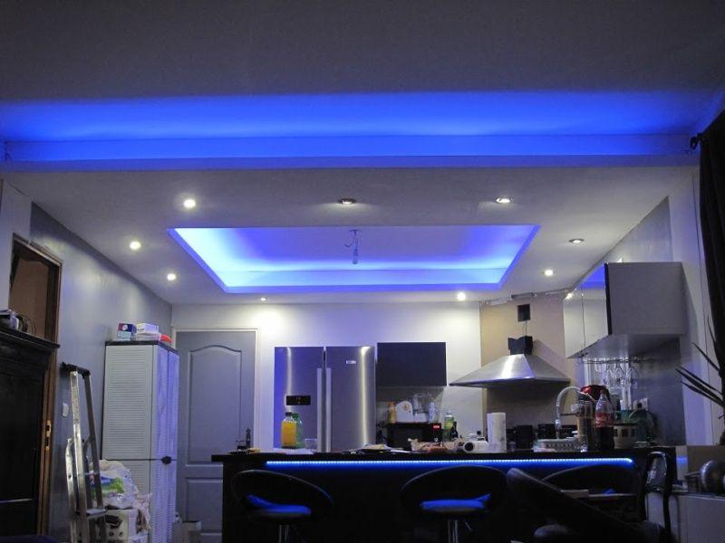 Un faux plafond en placo avec spot et ruban LED intégrés. | placo ...