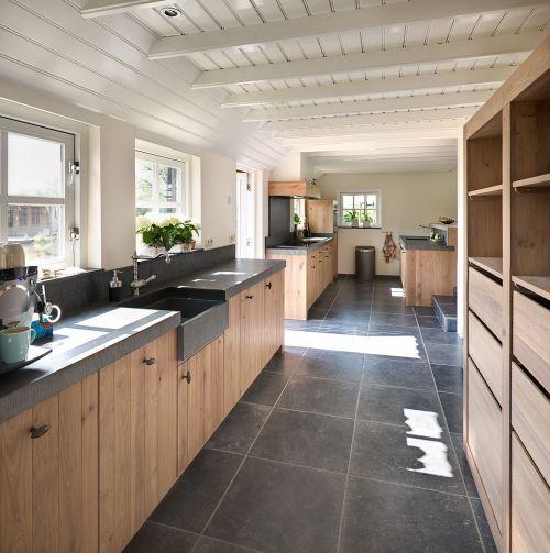 Woonkeuken in de lengte gebouwd thuis karakteristieke keukens pinterest kitchen living - Keuken in lengte ...