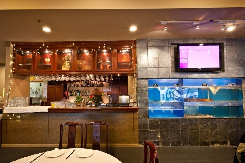 Bar and lobster tank at Imperial Garden Seafood Restaurant