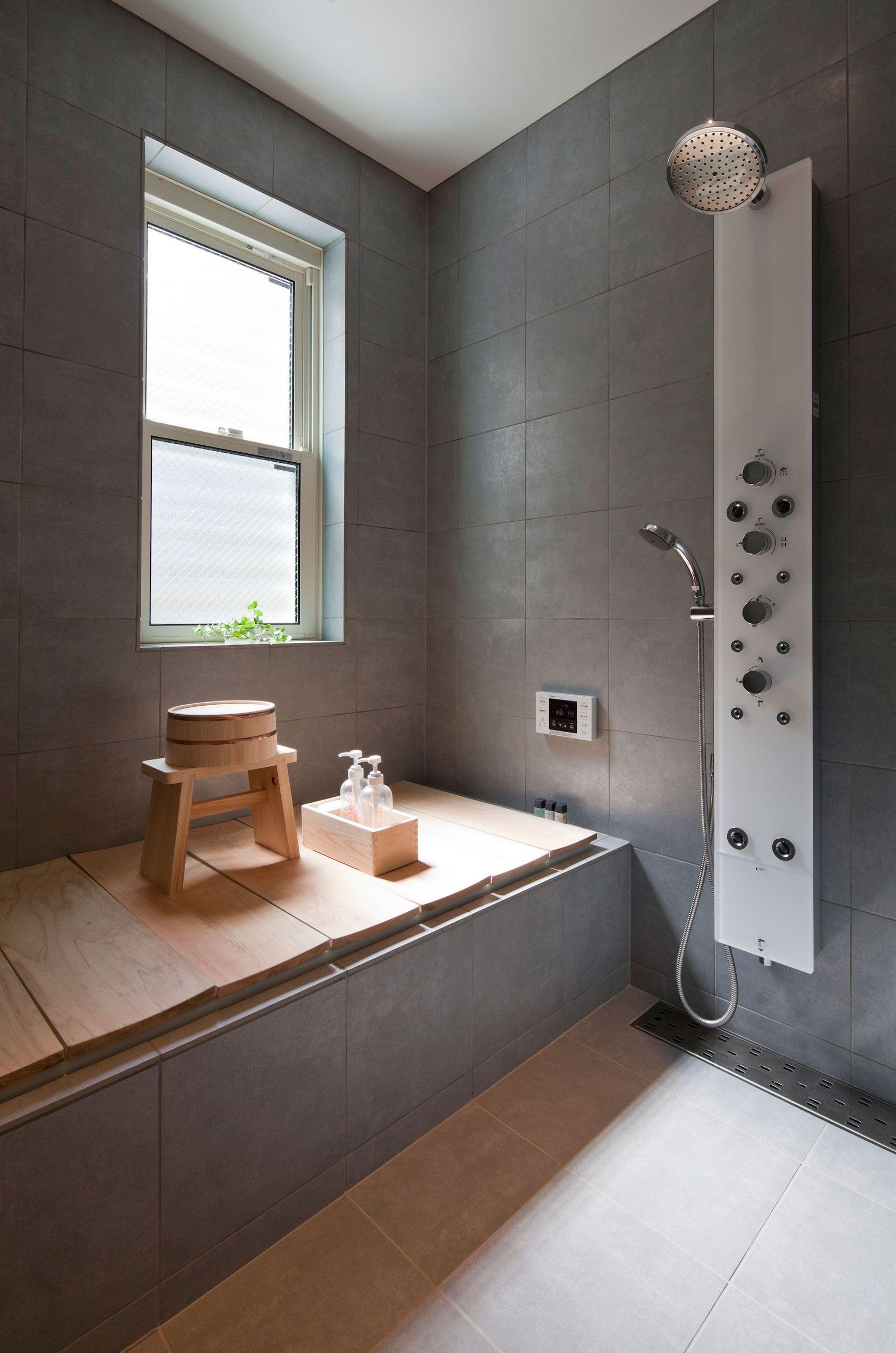 Holzboden Japanischer Stil Zen Look Modern Badezimmer Grau Einrichten Ideen Wohntrends Innendesign Bathro Badezimmer Badewannenabdeckung Badgestaltung