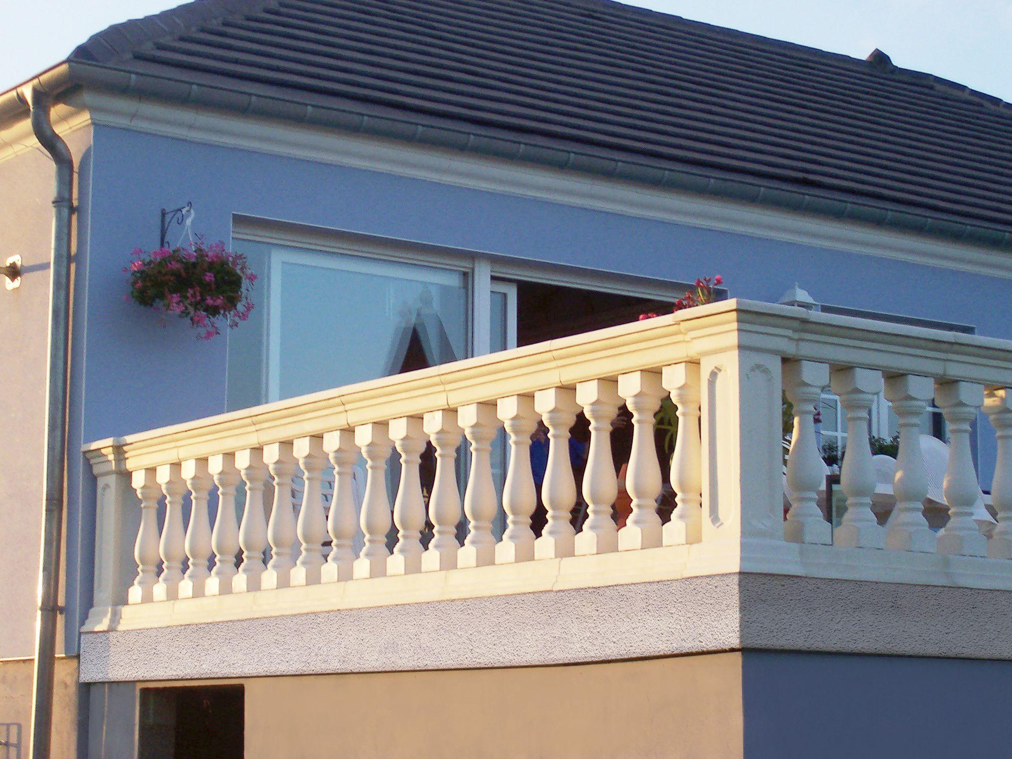 balustrade pour balcon en pierre reconstitu e ciment blanc mod le roma azur balustres. Black Bedroom Furniture Sets. Home Design Ideas