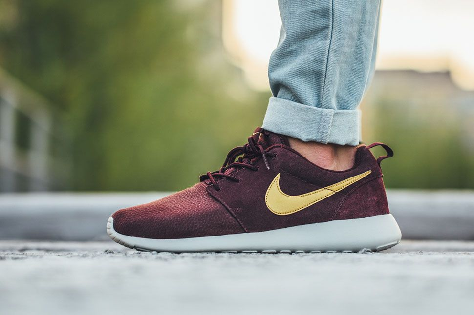 sports shoes 6001d dfc58 Nike Roshe One Suede