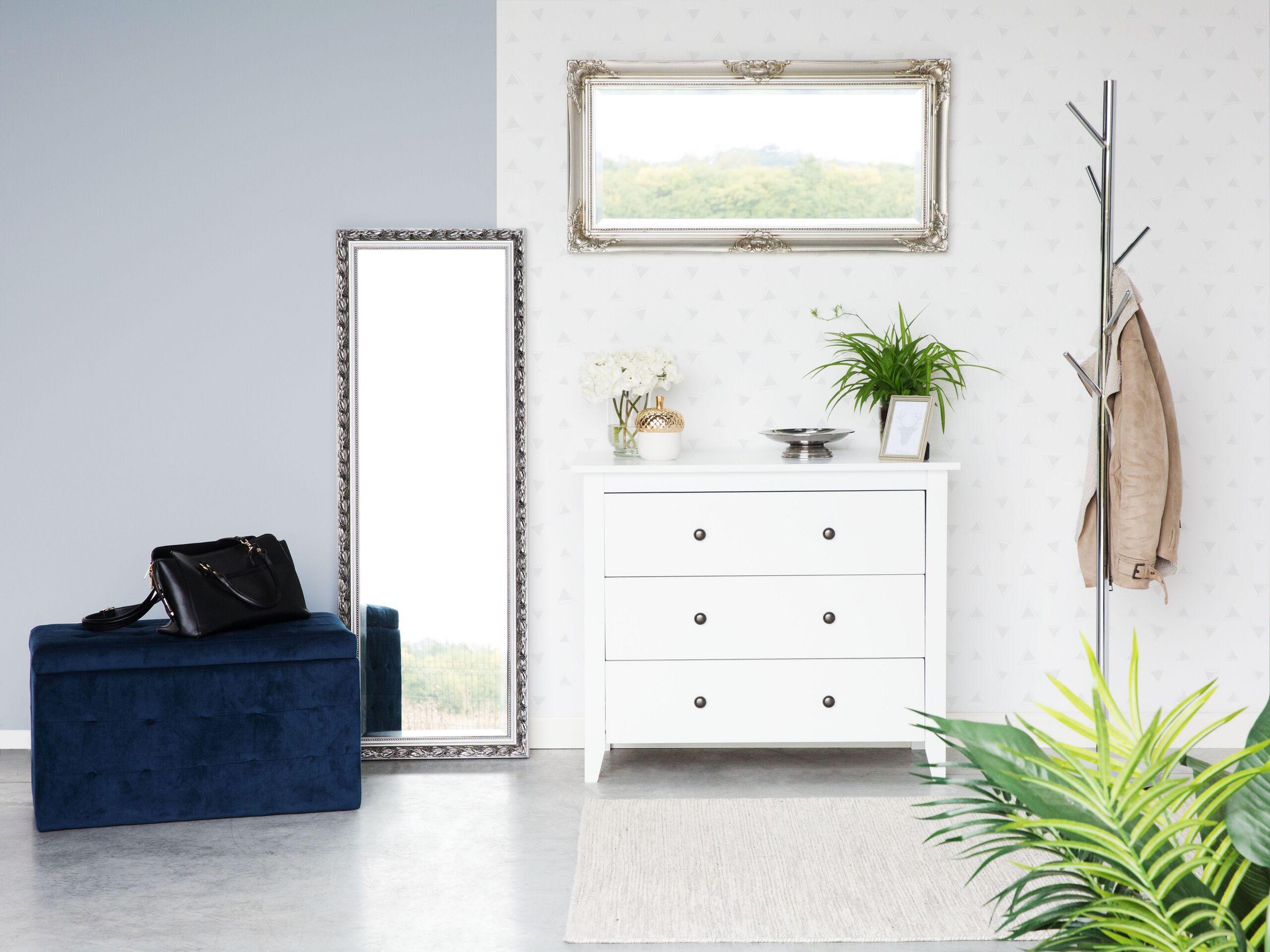 Ta biała, pojemna komoda może być funkcjonalnym uzupełnieniem sypialni, salonu czy biura. Pojemne szuflady pomieszczą wiele rzeczy, a blat nada się, by wyeksponować dekoracje lub sprzęt grający. W korytarzu szafka sprawdzi się idealnie jako miejsce na szaliki, rękawiczki i klucze. Ponadto, delikatnie rustykalny styl komody rozjaśni każde pomieszczenie i wprowadzi w nim ciepłą domową atmosferę. Szuflady posiadają okrągłe, dekoracyjne uchwyty, które kolorem kontrastują z meblem.  Detale: Kolor: Bi