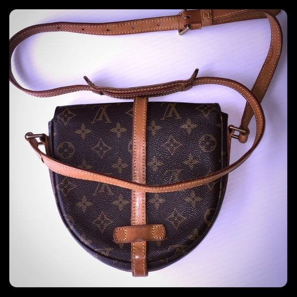 """LOUIS VUITTON CHANTILLY MM monogram CROSS BODY BAG %100 Authentic LOUIS VUITTON VINTAGE CHANTILLY MONOGRAM SHOULDER CROSSBODY BAG   The sizes are: 7.8"""" Height   9"""" Width  2.1"""" in the Depth The bag in addition to the strap is about 30"""" tall Louis Vuitton Bags Shoulder Bags"""