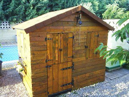 Casita para los ni os de jard n hecha con palets pales for Casitas de jardin de madera