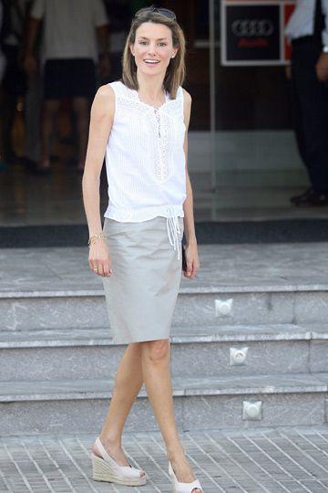 Doña Letizia en la edicion 2007 de la Copa del Rey de Vela con blusa ibicenca, falda recta y cuñas de esparto de Castañer.