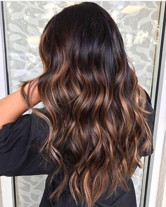 09 Wavy Black Hair With Caramel Highlights Looks Natural Styleoholic Hair Styles Brunette Balayage Hair Balayage Brunette