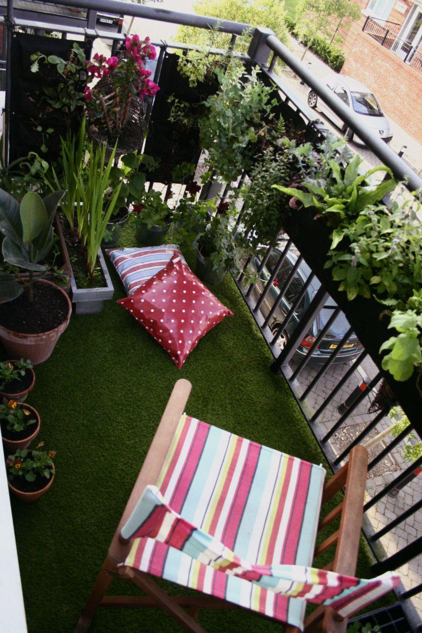 """Photo of Este pequeño balcon con el suelo deteriorado se ha renovado en un """"plis plas""""…"""