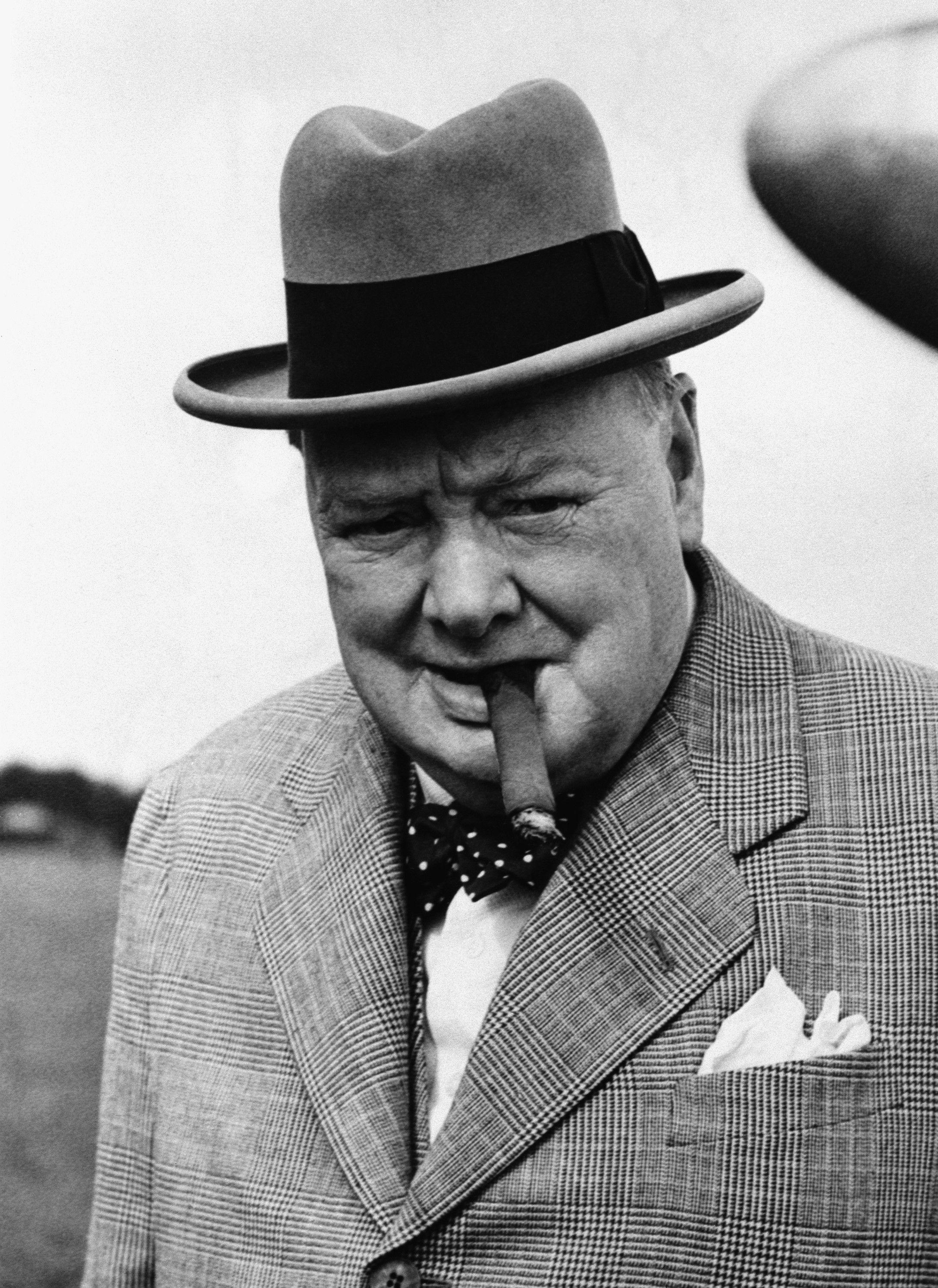 Citaten Churchill : Churchill smoking his famous cigar winston
