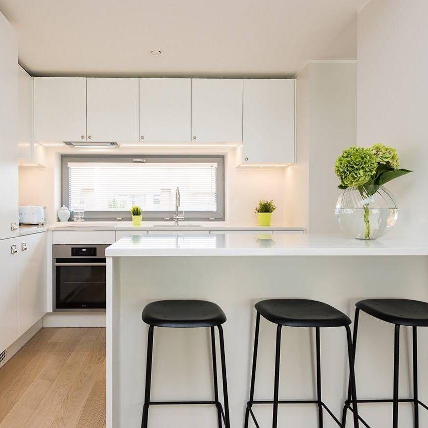 Cocinas Modernas Blancas Minimalistas Con Isla Y Mesadas De Cuarzo