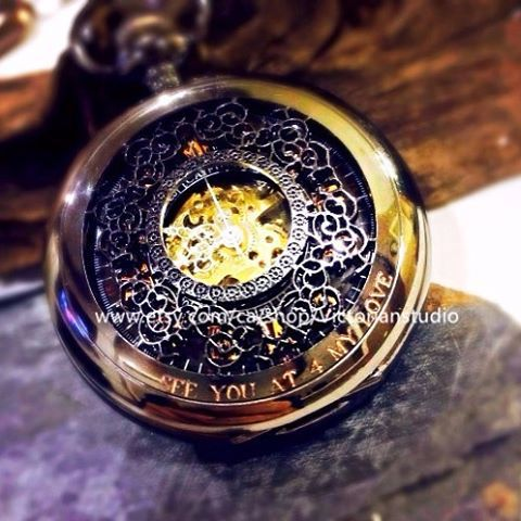 I found this awesome pocket watch on www.pocketwatchkeepsakes.ca and it's free shipping!