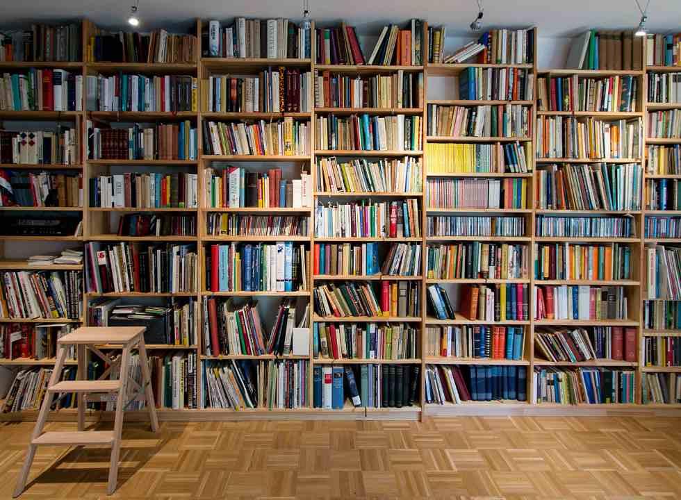 Bucherregal In 2020 Regal Bucherregal Buch Wand